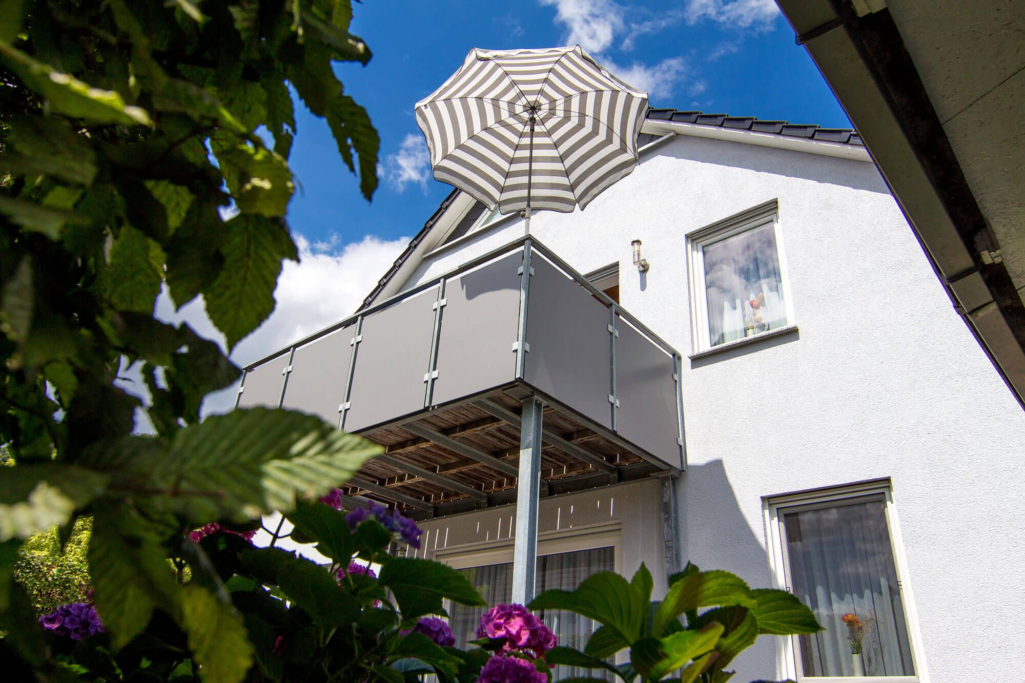 In der Ferienwohnung Haus Stephanie genießen Sie sonnige Tage auf der begrünten Terrasse oder auf dem Balkon mit Aussicht auf Hann. Münden.